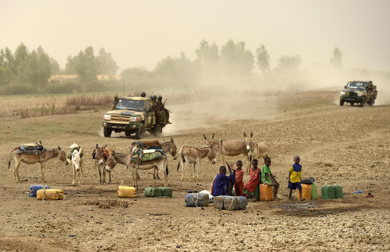 Des véhicules des forces de sécurité maliennes patrouillent dans le centre du pays, juin 2015.
