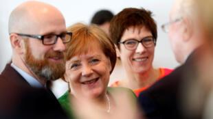 Arbol genealógico: El ex líder de la CDU Peter Tauber, la canciller Angela Merkel y, al fondo, la nueva número dos del partido, Annegret Kramp-Karrenbauer (Berlín, 19/02/18).