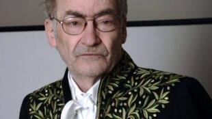 L'écrivain François Weyergans dans le nouvel habit d'Académicien qu'il a endossé le 16 juin 2011.