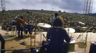 Carlos Santana e sua banda no palco do Festival de Woodstock, em 16 de agosto de 1969.