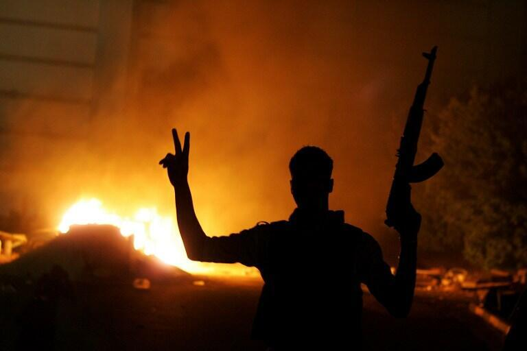 La sede de la brigada Ansar al Sharia en llamas, Bengazi 21 de septiembre de 2012.