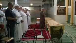 Ceremonia en la mezquita Ar-Rahma de Niza por tres víctimas del atentado, el pasado 19 de julio de 2016.