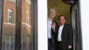 Julian Assange et Ricardo Patiño se sont présentés à la fenêtre de l'ambassade d'Equateur de Londres.