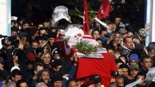 O funeral do opositor Chokri Belaïd, em 8 de fevereiro de 2013