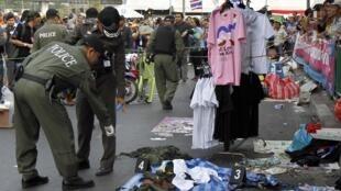 Policiais observam local onde bomba explodiu neste domingo, deixando 28 feridos.