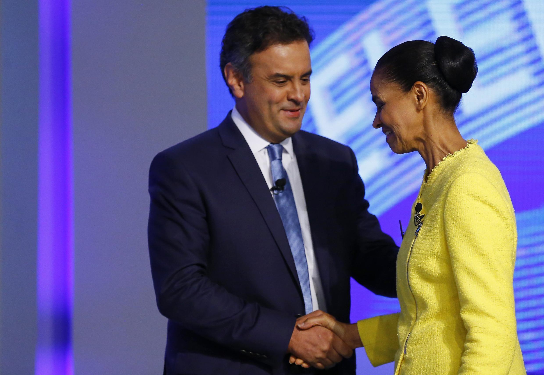Aécio Neves (PSDB) e Marina Silva (PT) se cumprimentam no último debate antes do primeiro turno, na TV Globo.