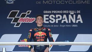 El joven piloto español Pedro Acosta celebra su victoria en el Gran Premio de España de Moto3 en el podio del circuito de Jerez de la Frontera, el 2 de mayo de 2021 al sur del país