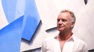 O cantor de 67 anos e 150 milhões de discos vendidos esteve na capital francesa onde lançou nesta terça-feira (28) sua nova turnê na casa de shows La Seine Musicale.