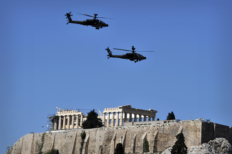 Deux hélicoptères de l'armée grecque survolent l'Acropole d'Athènes, lors du défilé anniversaire de l'indépendance de la Grèce, le 25 mars 2014.