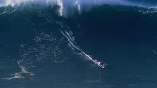 Marcelo Luna surfou na Praia do Norte, em Nazaré, aquela que pode ser a maior onda do ano, no dia 17 de Dezembro de 2016.