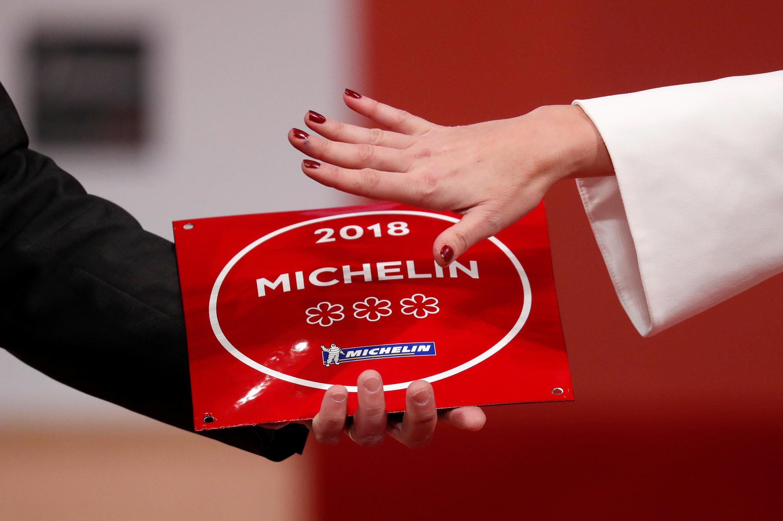 Placa com as três estrelas da edição 2018 do famoso Guia Michelin. Paris, 5 de fevereiro de 2018.