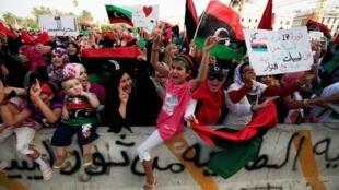 利比亞婦女和兒童在的黎波里烈士廣場慶祝卡紮菲政權倒台2011年9月2日