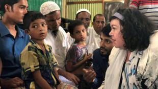 Đại sứ Anh tại Hội Đồng Bảo An Karen Pierce nói chuyện với người tị nạn Rohingya, trại tị nạn ở Cox's Bazar, Bangladesh, ngày 29/04/2018