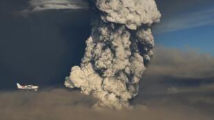 Un avión sobrevuela el volcán islandés Grimsvötn.