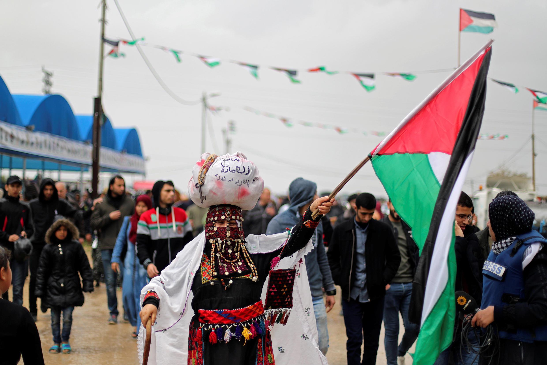 巴勒斯坦民众在加沙地带与以色列交界地区举行示威活动,