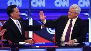 Os então pré-candidatos republicanos Mitt Romney (e) e Newt Gingrich (d) durante debate do dia 22 de fevereiro, no Arizona.