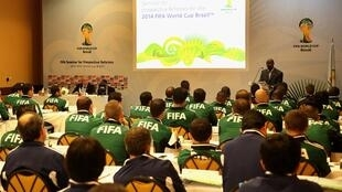 A Fifa divulgou na manhã desta quarta-feira a lista dos 25 trios de arbitragem selecionados para a Copa do Mundo deste ano.