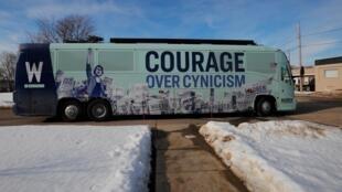 Le bus de la candidate démocrate Elizabeth Warren en route pour la campagne électorale, le 1er février 2020 dans l'Iowa.