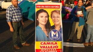 Candidata Camila Vallejo, de 25 anos, concorre pelo Partido Comunista, que apoia Michelle Bachelet (dir.)