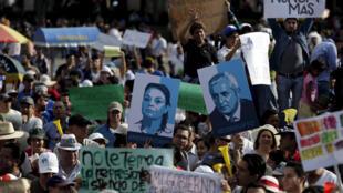 Manifestantes protestan en Ciudad de Guatemala contra la corrupción en el gobierno, 2 de mayo de 2015.