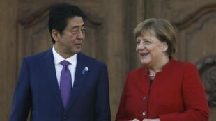 លោកស្រីប្រមុខរដ្ឋាភិបាលអាល្លឺម៉ង់  Merkel និងនាយករដ្ឋមន្ត្រីជប៉ុន លោក Abe នៅក្រុងMeseberg អាល្លឺម៉ង់ថ្ងៃទី ៤ ឧសភា ២០១៦