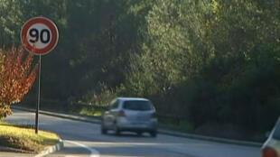 Medida experimental vai reduzir limite de velocidade em algumas estradas francesas de 90 km/h para 80 km/h.