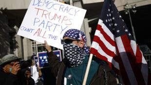 Des manifestants devant le Centre de convention à Philadelphie, en Pennsylvannie un Etat où le dépouillement des votes par corresondance est en cours, le 6 novembre 2020.