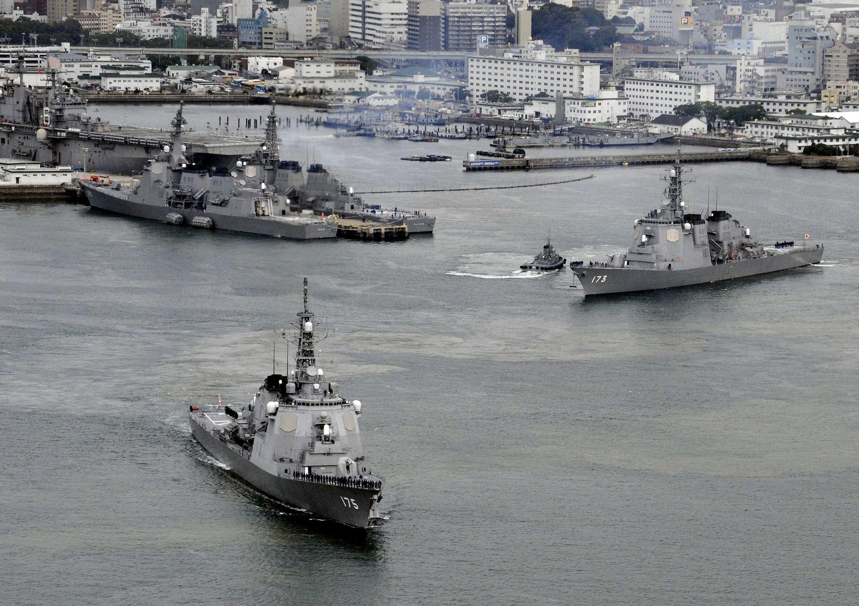 Khu trục hạm Nhật Bản Myoko (T) và Kongo đang rời căn cứ Sasebo, miền nam Nhật Bản. Ảnh chụp 06/12/2012.