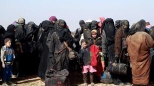 Civis se reúnem em um posto avançado das Forças Democráticas da Síria, perto da vila fronteiriça de Baghouz, perto da fronteira com o Iraque, em 26 de janeiro de 2019.