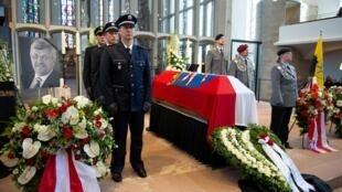 6 июня. Похороны политика Вальтера Любке, чье убийство глава МВД Германии назвал политическим