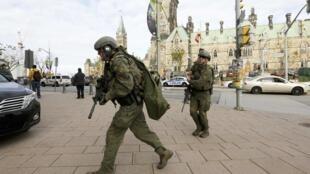 Сотрудники канадской полиции у здания парламента, Оттава, 22 октября 2014 г.