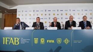 Representantes del IFAB y la FIFA, reunidos en Gales el 5 de marzo de 2016