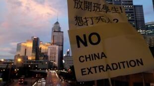 """Một khẩu hiệu của người biểu tình Hồng Kông ngày 13/06/2019: """"Không chấp nhận việc dẫn độ qua Trung Quốc""""."""