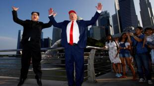 """霍华德(左)接受问话后获准入境,与扮演""""山寨特朗普""""的美国人亚伦,现身著名景点鱼尾狮公园"""