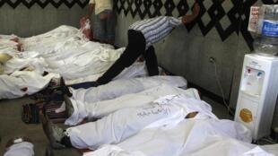 Los cuerpos de los fallecidos partidarios del depuesto Presidente fueron depositados en el hospital de campaña de los islamistas, y hasta allí han llegado los familiares a reconocer a sus víctimas