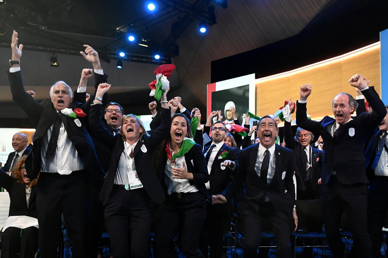 Итальянская делегация радуется победе своей заявки
