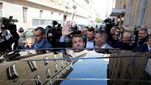 Emmanuel Macron quittant son domicile parisien le 24 avril 2017.