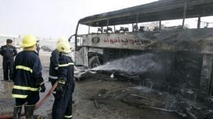 Les attentats se multiplient en Irak à la veille des élections législatives. Les restes d'un bus détruit dans l'attentat de ce samedi 6 mars à Najaf, à environ 160 km au sud de Bagdad.