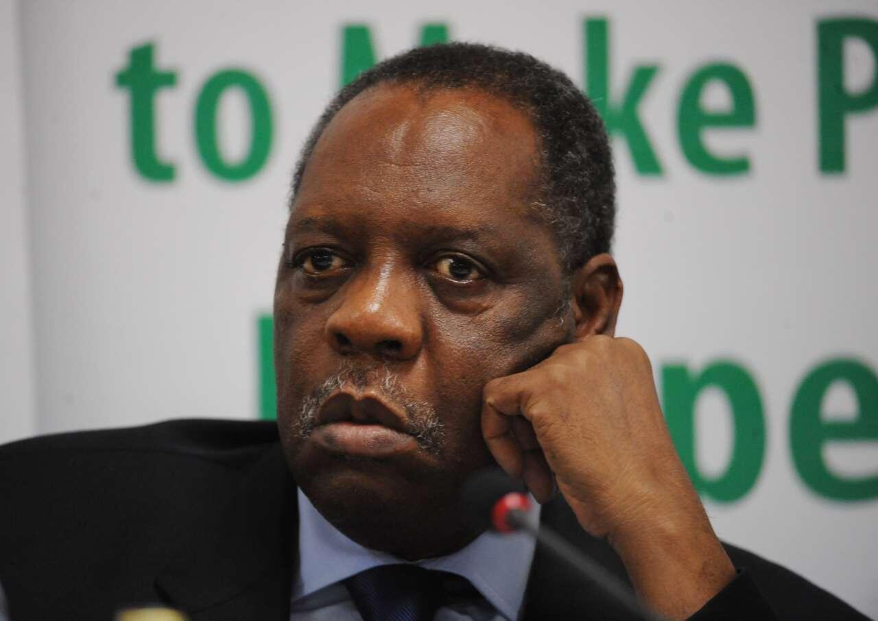 Issa Hayatou, raia wa Cameroon, anatetea nafasi yake anayoishikilia toka mwaka 1988.