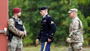 Le sergent Bergdahl, escorté devant la cour martiale à Fort Bragg, en Caroline du Nord, le 16 octobre 2017.