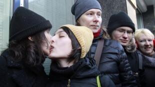 Deux jeunes femmes s'embrassent devant le Parlement russe pour protester contre un projet de loi punissant la propagande de l'homosexualité (photo d'archives).