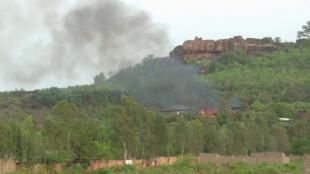 Des flammes s'élèvent du camp Kangaba après l'attaque d'hommes armés, dans la banlieue de Bamako, le 18 juin.