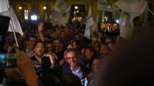 Scènes de liesse à Bordeaux lors de la victoire du candidat Europe écologies les Verts Pierre Hurmic, au centre de la photo, le 28 juin 2020.