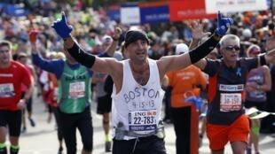 Corredor presta homenagem às vítimas do atentado de Boston.