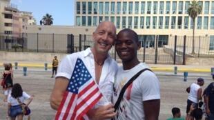 Casal diante da embaixada dos Estados Unidos, no Malecón, em Havana