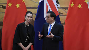 资料图片:新西兰总理阿德恩2019年访问北京时,与中国总理李克强会晤。