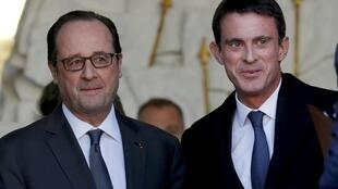 French President Francois Hollande (L) speaks with Prime Minister Manuel Valls as he leaves the Elysee Palace in Paris, France, November 30, 2016 following the weekly cabinet meeting.