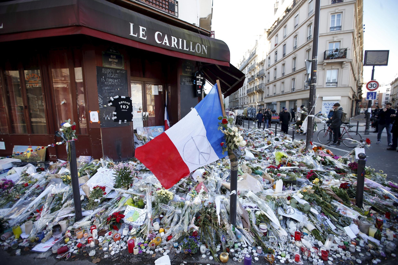 Одно из парижских кафе, le Carillon, на террасе которого (а также на террасе находящегося напротив ресторана Le Petit Cambodge) в пятницу, 13 ноября, террористами были расстреляны 15 человек.