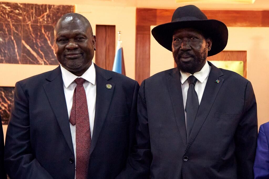 Le premier vice-président Riek Machar (G) et le président sud-soudanais Salva Kiir (D) avant la cérémonie d'investiture à Juba, le 22 février.