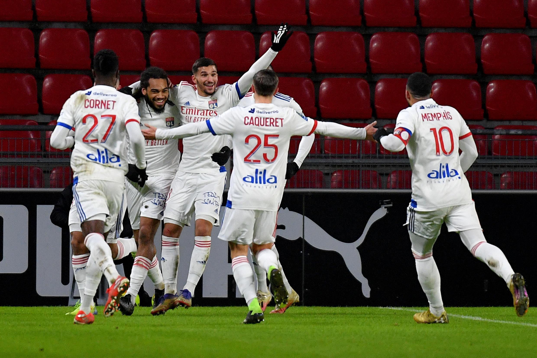 Le défenseur belge de Lyon, jason Denayer (2e g), est félicité par ses coéquipiers après avoir égalisé (2-2) contre Rennes, lors de leur match de L1, le 9 janvier 2021 au Roazhon Park à Rennes